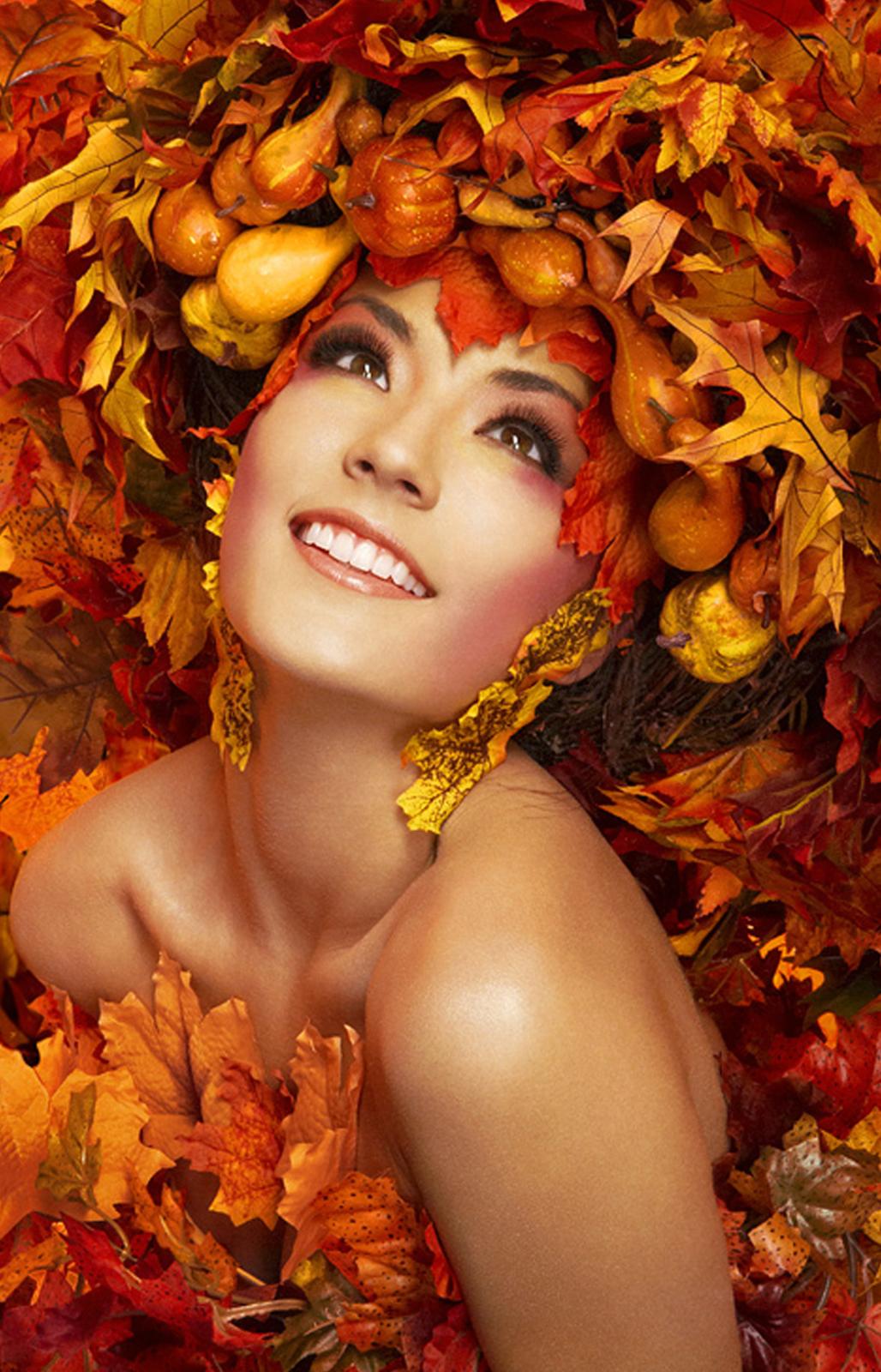 Фото Девушка в платье из осенних листьев и шляпе из овощей Куда Смотрят Родители