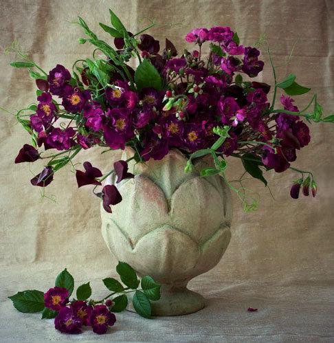 Фото букет цветов в глиняной вазе и