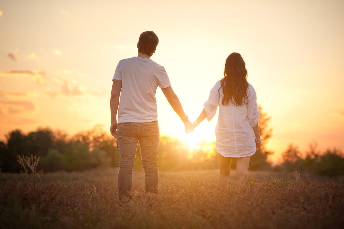 производителя парень с девушкой держатся за руки фото тексты песен