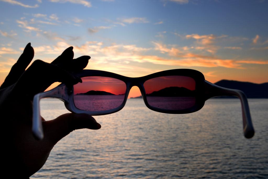 того руки в очках на фото шёлкового фоамирана получаются