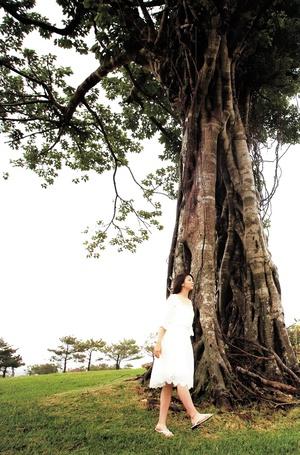 Фото Сугая Рисако / Sugaya Risako в белом платье идет у старого дерева (© Юки-тян), добавлено: 01.03.2013 09:43