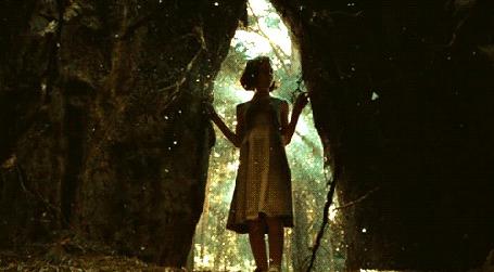 Фото Девушка входит в таинственную пещеру