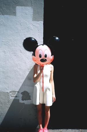 Фото Девушка в белом платье закрыла лицо воздушном шариком в виде головы Микки Мауса (© REINA), добавлено: 02.03.2013 18:12