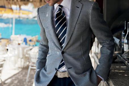 Фото Мужчина в сером костюме в клеточку (© Banditka), добавлено: 03.03.2013 10:22