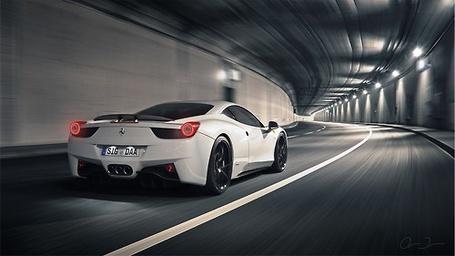 Фото Белый автомобиль Ferrari 458 italia / Феррари 458 италия мчится по дороге в туннеле