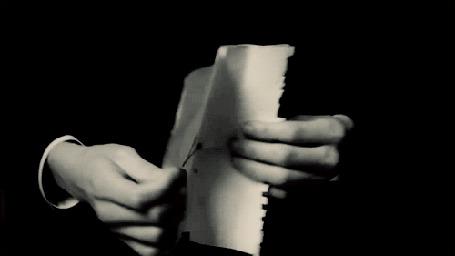 Фото Мужские руки раскрывают лист бумаги на котором написано (I love you / Я люблю тебя) (© Seona), добавлено: 03.03.2013 19:31