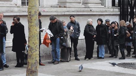Фото Чернокожая девушка разговаривает по телефону оглядываясь назад