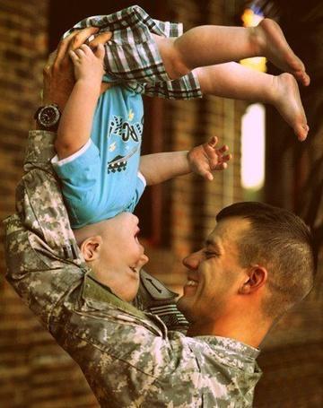 Фото Солдат играет со своим сыном