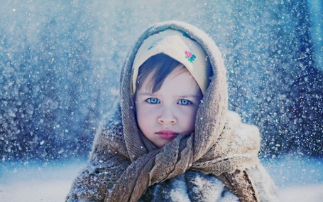 Фото Девочка с синими глазами, в двух платках и шубке, стоит под снегопадом (© Akela), добавлено: 06.03.2013 14:06
