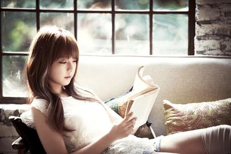 Фото Джуниэль / Juniel читает книгу, лежа на диване (© Юки-тян), добавлено: 07.03.2013 01:07