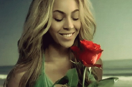 Фото Певица Бейонсе / Beyonce нюхает красную розу, момент из клипа Broken hearted girl