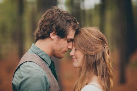 Фото Девушка с парнем соприкоснулись лбами