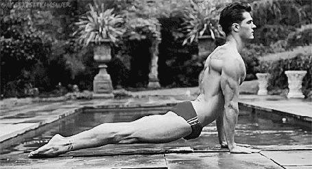 Фото Мужчина у бассейна занимается йогой