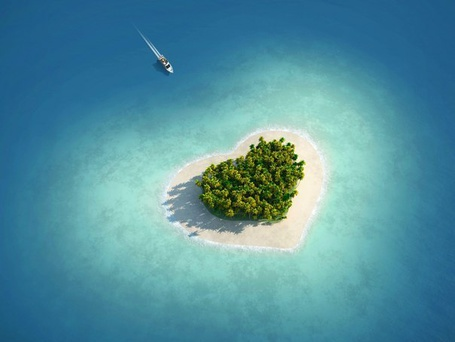 Фото Катер плывет к острову в виде сердечка