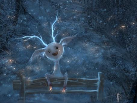 Фото Грустный чудик, похожий на кролика, но с оленьими рожками, сидит на скамейке