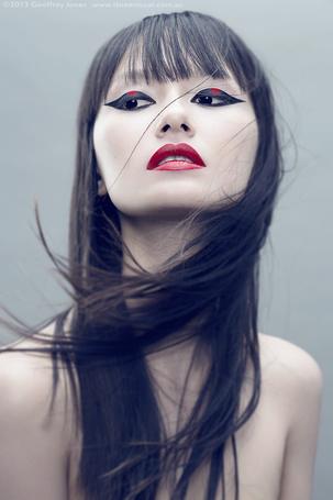 Фото Портрет девушки брюнетки с красной помадой и распущенными волосами
