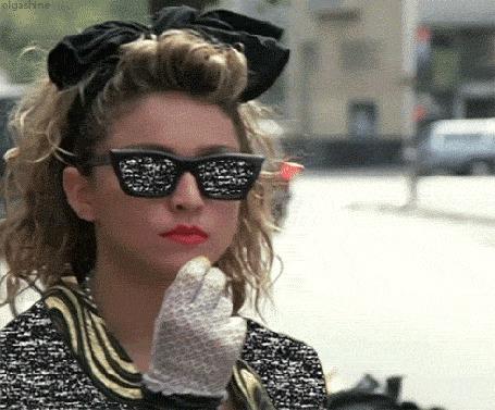 Фото Мадонна / Madonna, идя по улице города, кушает орешки