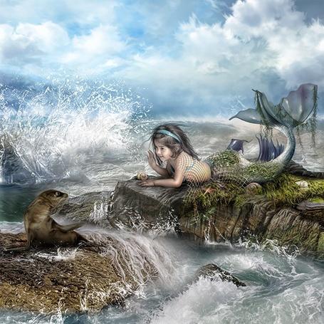 Фото Девочка - русалка лежит на камнях и машет рукой морскому котику