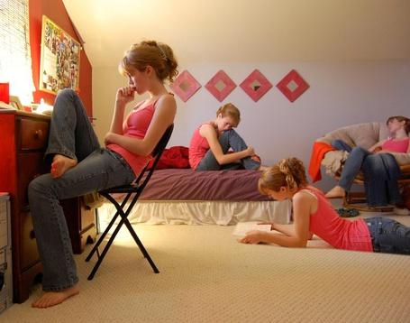 Фото Одна и та же девушка скучает одновременно в разных местах комнаты