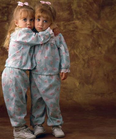 Фото Мэри-Кейт Олсен и Эшли Фуллер Олсен / Mary-Kate Olsen а Ashley Fuller Olsen стоят обнявшись