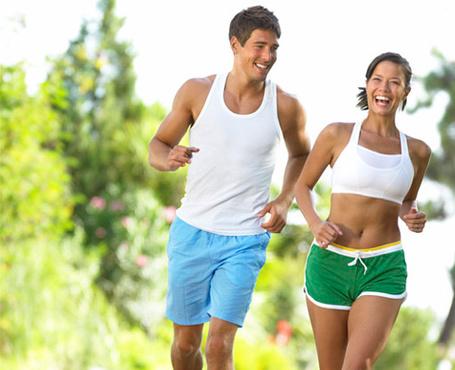 Фото Счастливые парень и девушка бегают в парке