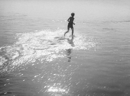 Фото Мальчик, бегущий по воде