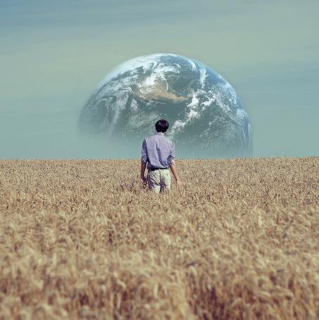 Фото Мужчина идет по полю к планете, изображенной на небе (© ), добавлено: 18.03.2013 19:49