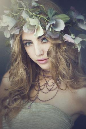 Фото Портрет девушки блондинки с цветочным венком на голове и украшением на шее