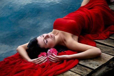Фото Лежащая на причале девушка, укрытая красной тканью, с цветами в руках (© SK), добавлено: 22.03.2013 15:17