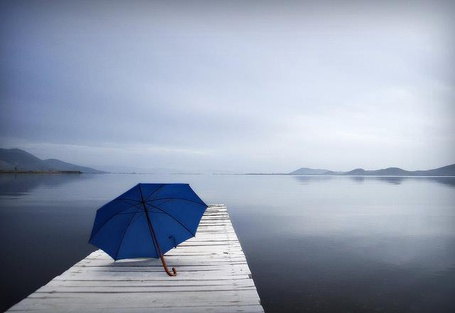 Фото Синий зонт на мостике
