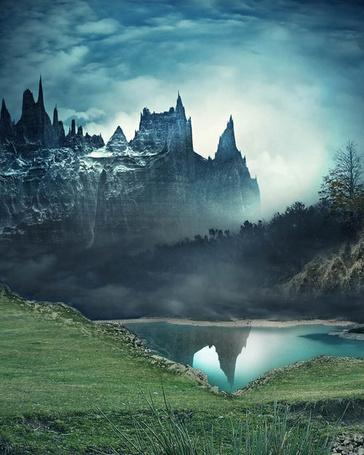 Фото Скальный замок отражается в горном озере