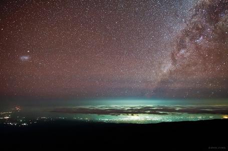 Фото Звездное небо над городом и морем