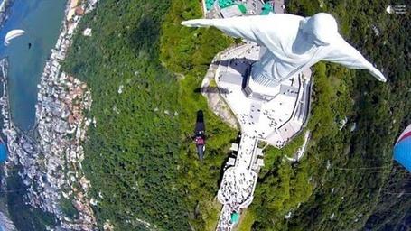 Фото Статуя Христа Спасителя в Рио-де-Жанейро с необычного ракурса (© PureEgoism), добавлено: 24.03.2013 17:18