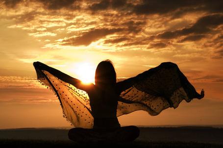 Фото Девушка раскинула руки в стороны на фоне солнца, держа в руках платок (© Seona), добавлено: 24.03.2013 20:18