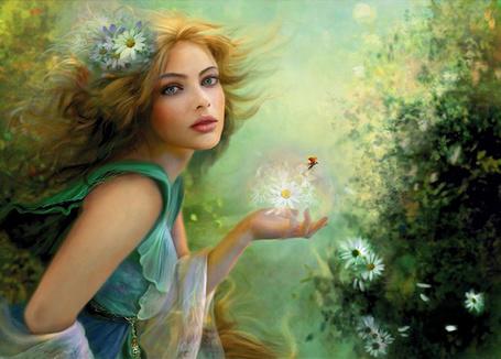Фото Девушка - весна с цветами в волосах держит в руке ромашки
