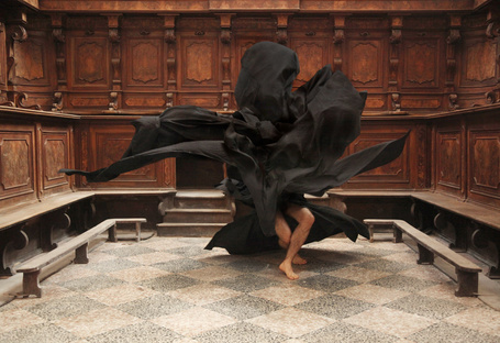 Фото Мужчина танцует в черной ткани посреди зала заседаний, Between Light & Darkness / Между светом и тьмой финского фотографа Ville Andersson / Вилли Андерссон (© eka_terinka), добавлено: 28.03.2013 07:45