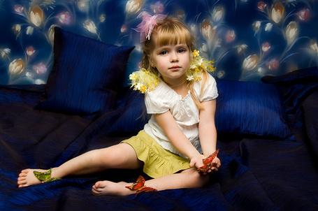 Фото Девочка с бабочками на синих подушках