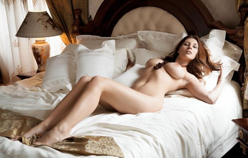 девушки голые лежат на кровати