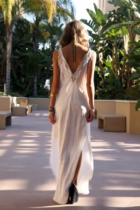 Фото в белом платье со спины
