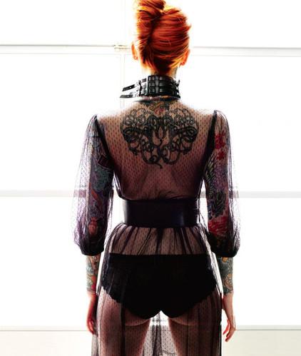 Фото рыжеволосая девушка в черном