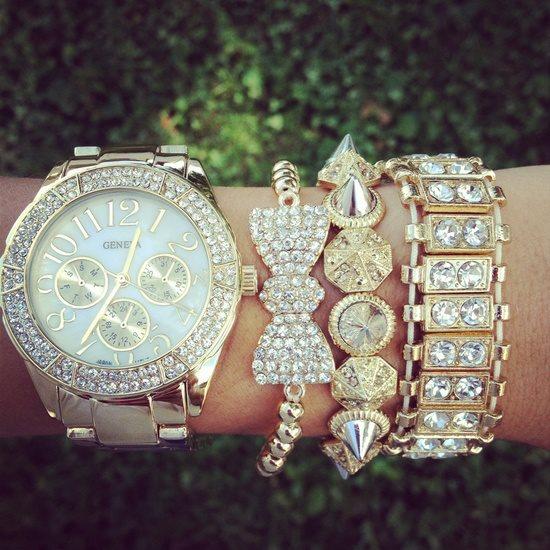 Фото Три золотых браслета и золотые часы Geneva на женской ...