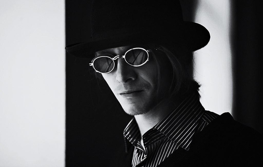 Парень в шляпе и очках картинки