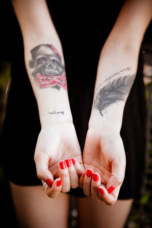 На руках татуировки в виде черепа с