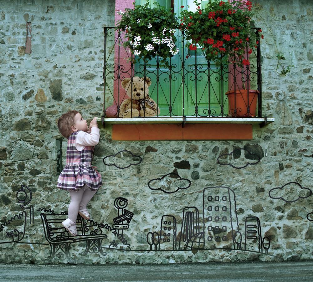 Фото маленькая девочка, ступившая на нарисованную на стене д.
