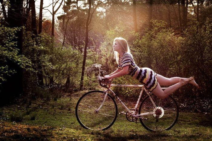 Фото девушка лежит на велосипеде в