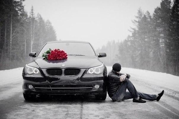Парни на машине с цветами