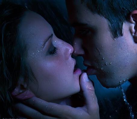 Фото Момент перед поцелуем - парень и девушка под струями воды