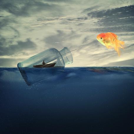 Фото Рыбак, сидящий в лодке с удочкой, находящийся в стеклянной банке, плавающей в море, поймал золотую рыбку, фотограф Caras Iount