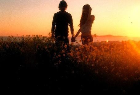 Фото Девушка и парень держатся за руки, стоя в поле цветов на закате (© Венджинс), добавлено: 23.04.2013 10:57