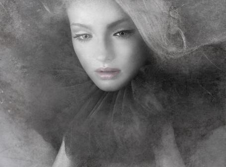 Фото Грустная девушка в платье с пышным черным воротником (© SK), добавлено: 25.04.2013 10:36